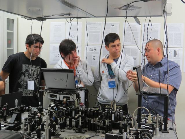 Nuestros investigadores respondieron todas las dudas de los alumnos visitantes. En la imagen, el Dr. Gustavo Cañas explicando la teoría de los números aleatorios.