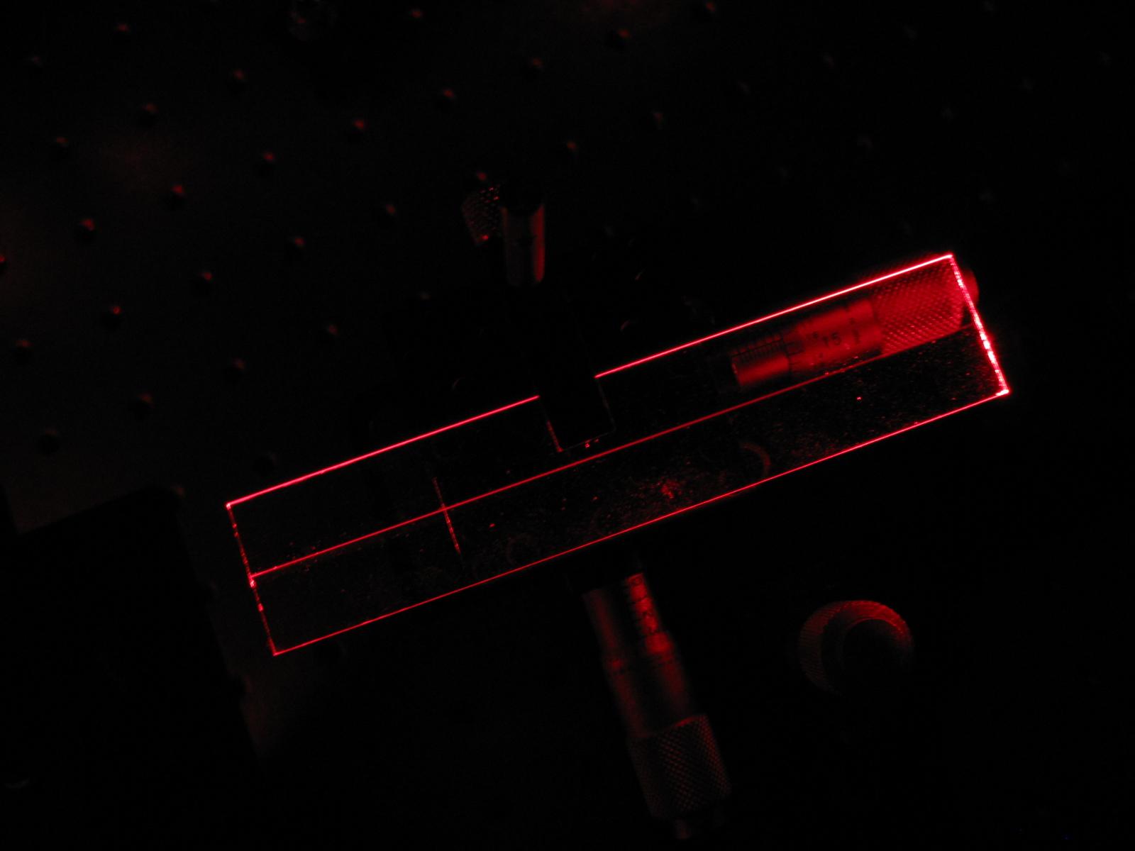 Imagen desde arriba que muestra la propagación de la luz a lo largo del arreglo de guías escrito en silicio fundido.